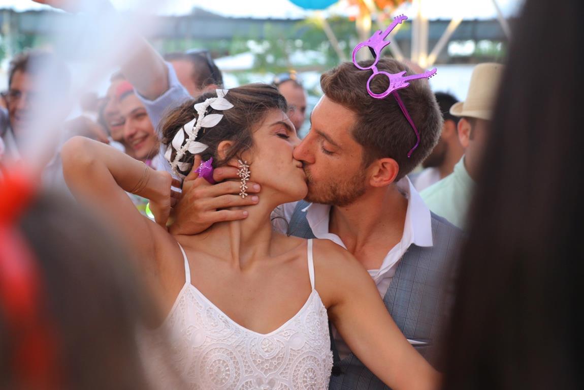 כרמל ואביב: חתונה בחממה