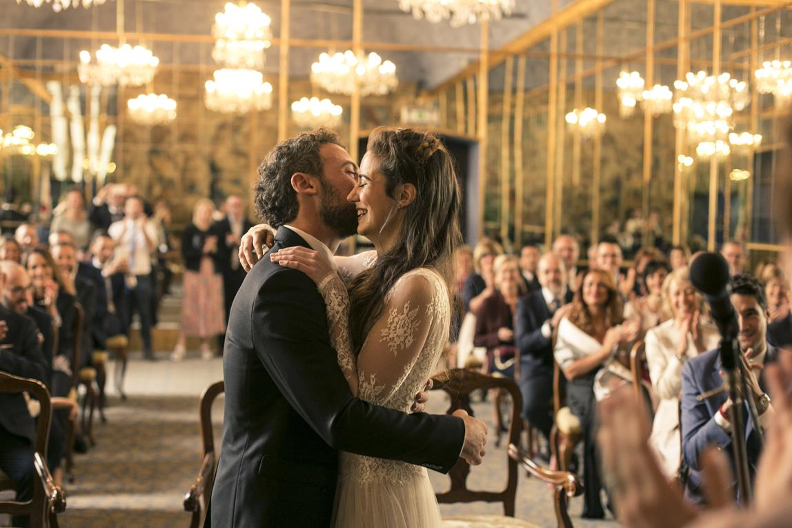 שתי חתונות, שתי מדינות, שמלה אחת