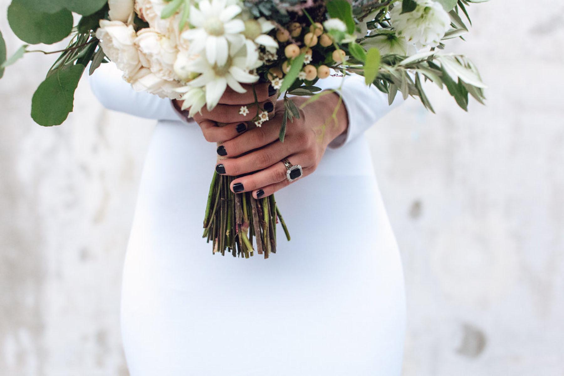 לא על הלבן לבדו: 10 דרכים צבעוניות לשדרג את הלוק ביום החתונה