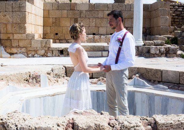 באווירה וינטג'ית בין עתיקות קיסריה: החתונה של נויה ותומר