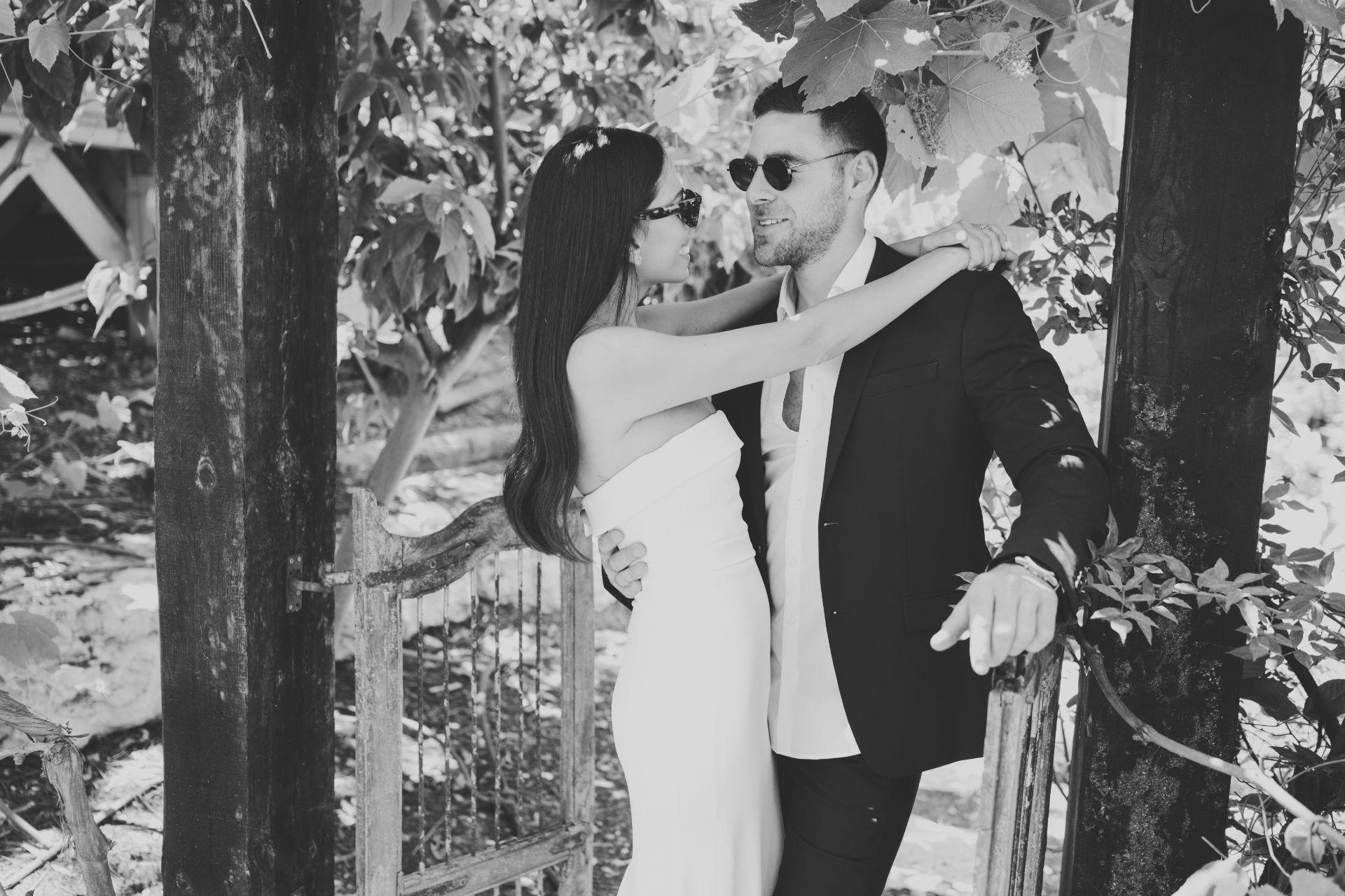 התחתנו בחצר הבית, במושב שבו גדלו ביחד