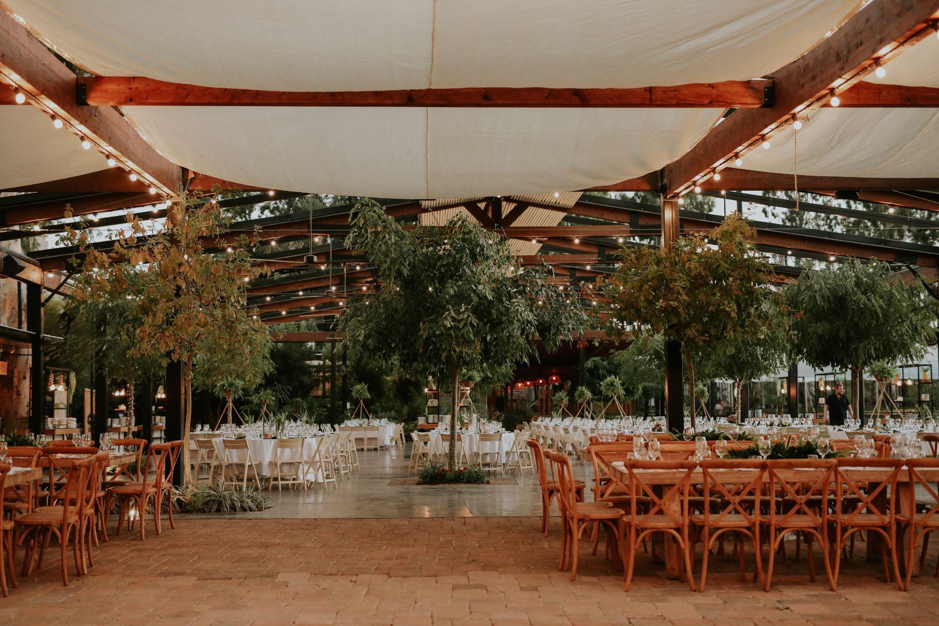 עלים טרופיים ופלמינגו בבריכה: ככה עושים חתונת הוואי