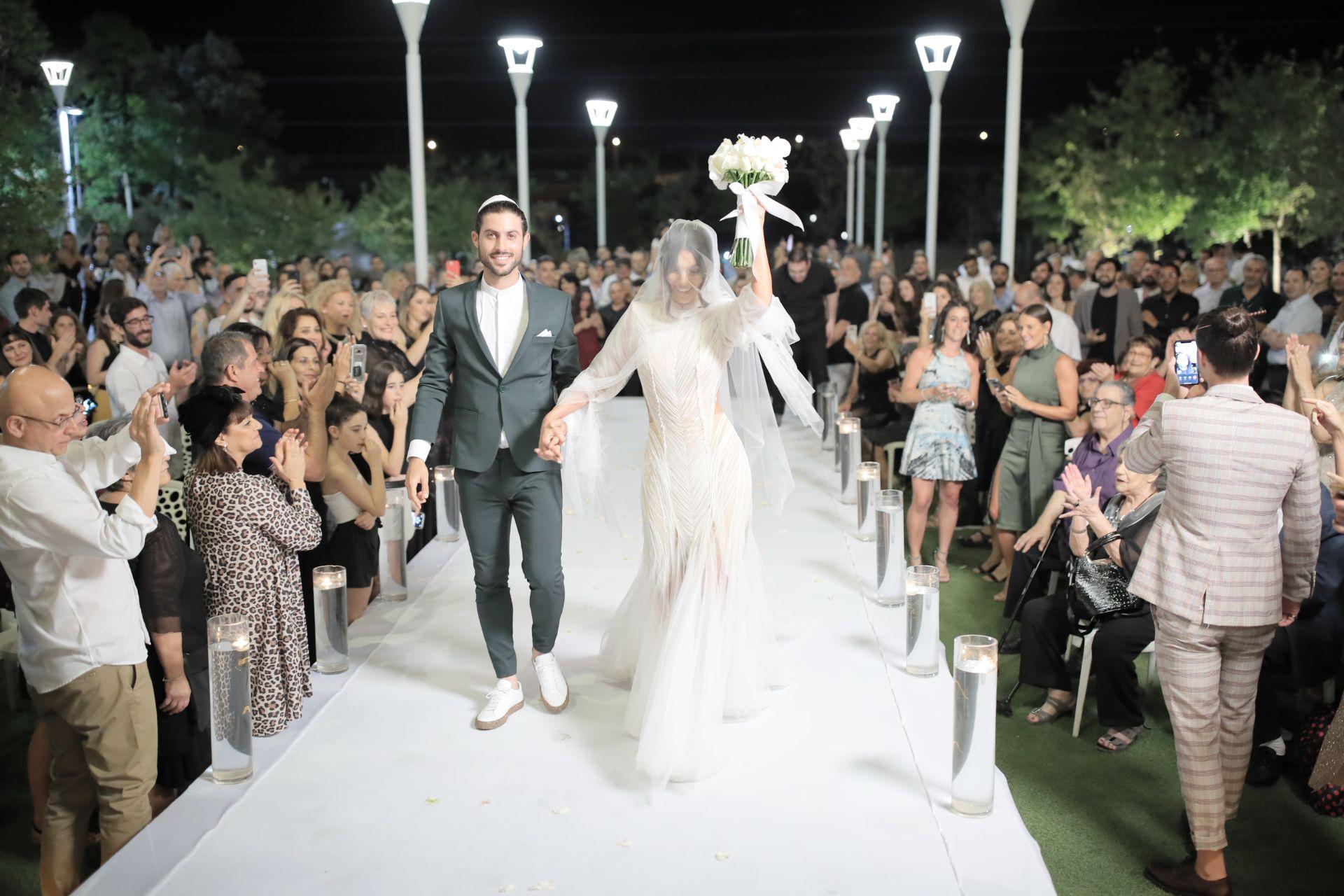 החתן והכלה תרמו את השיער באמצע החתונה