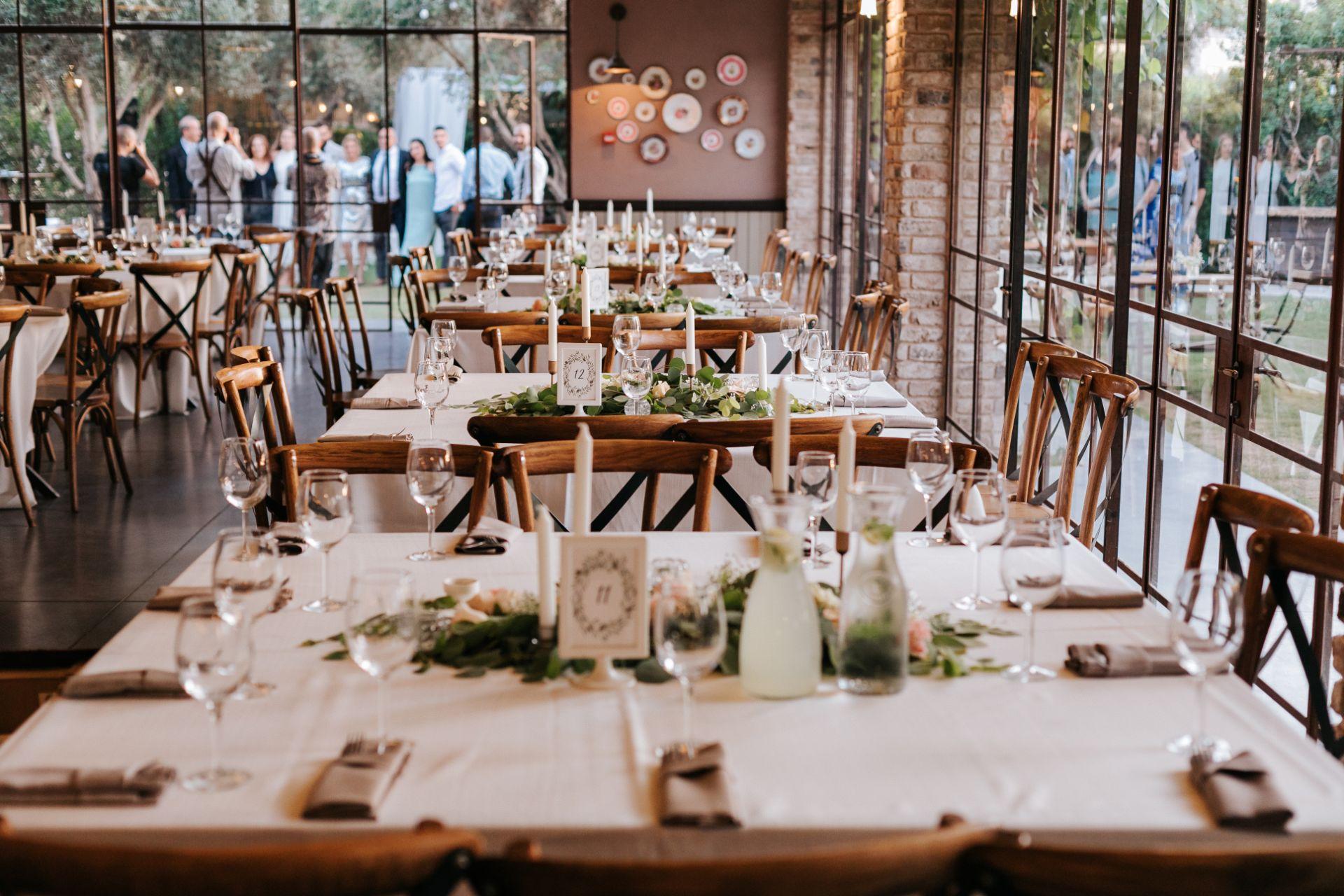 ורדים וגיבסניות: חתונה אינטימית בוילה נונה בקיסריה