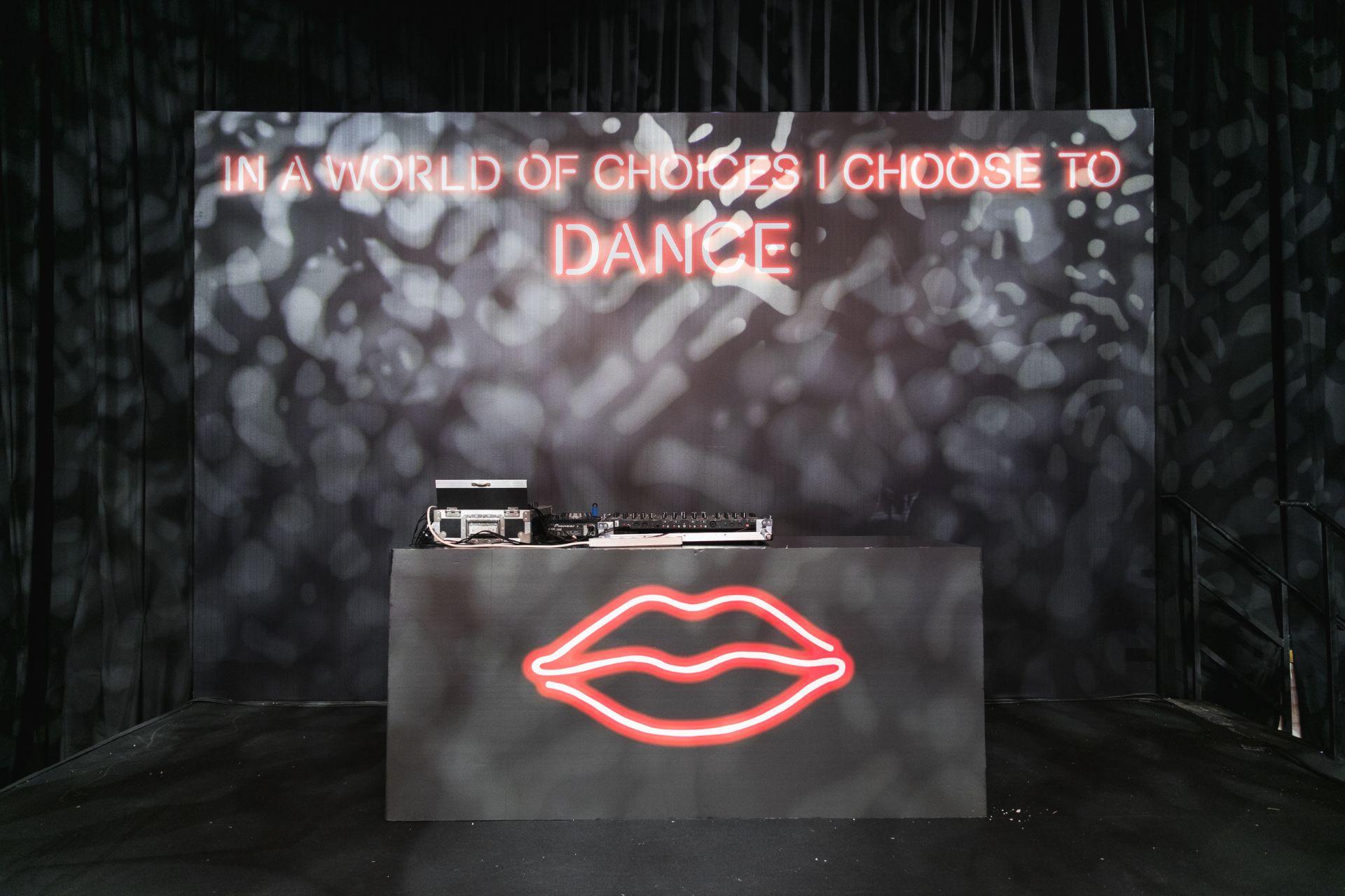 גן קסום בקבלת הפנים, עיצוב מודרני ודרמטי במסיבת הריקודים