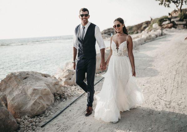 פרחים לבנים מול הים: חתונה בקונספט טרופי וים תיכוני