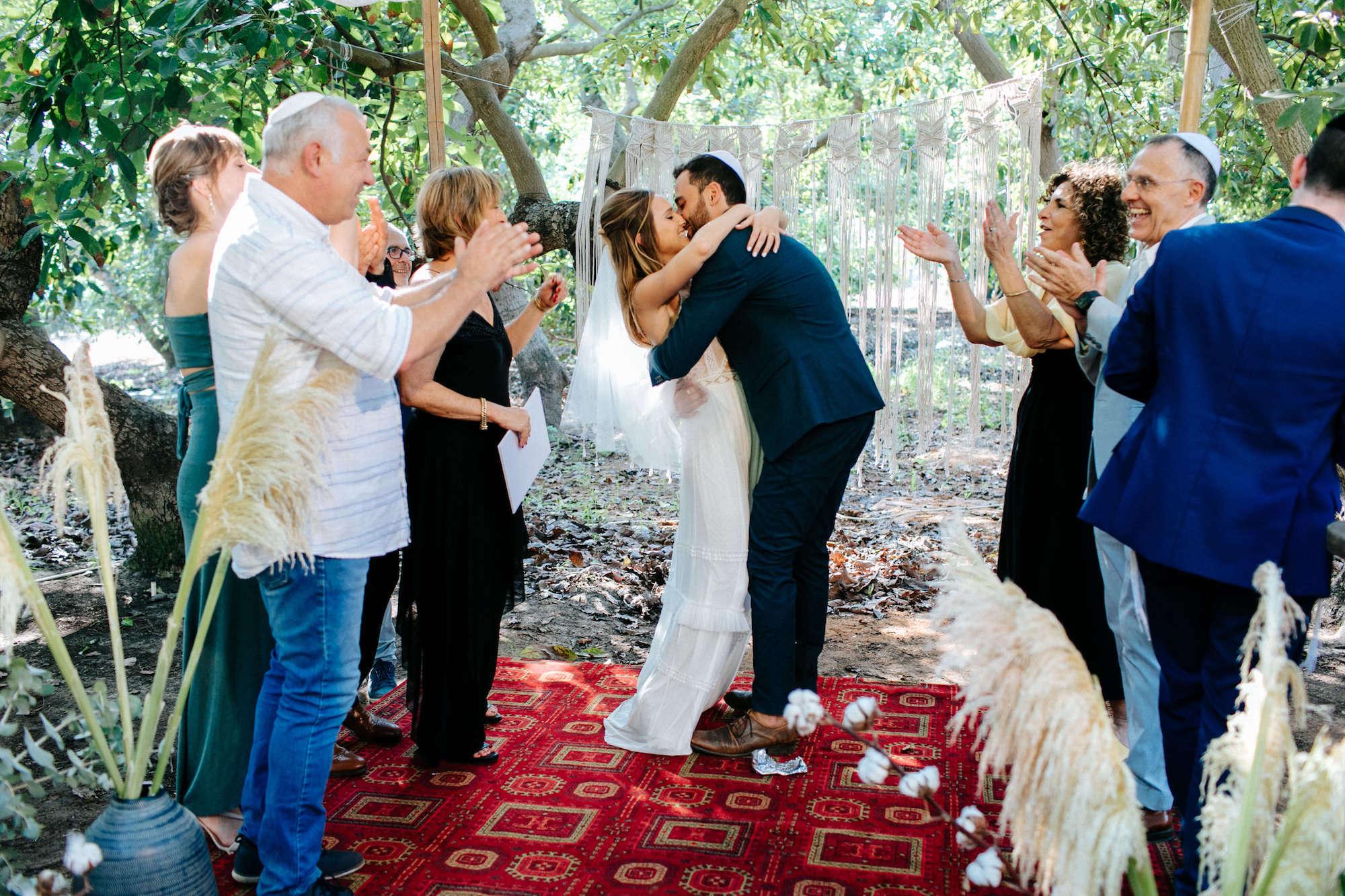 חתונת קפסולות מרגשת במטע אבוקדו