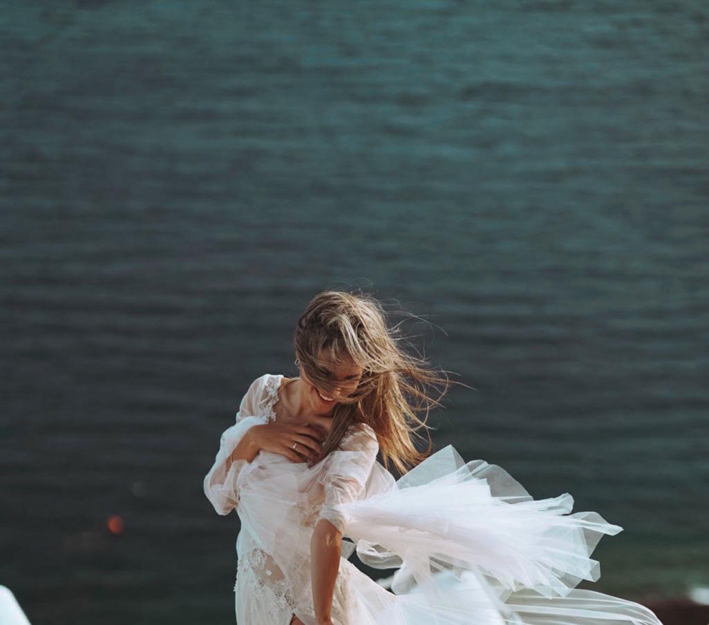 הפקת שמלות כלה על צוקי סנטוריני