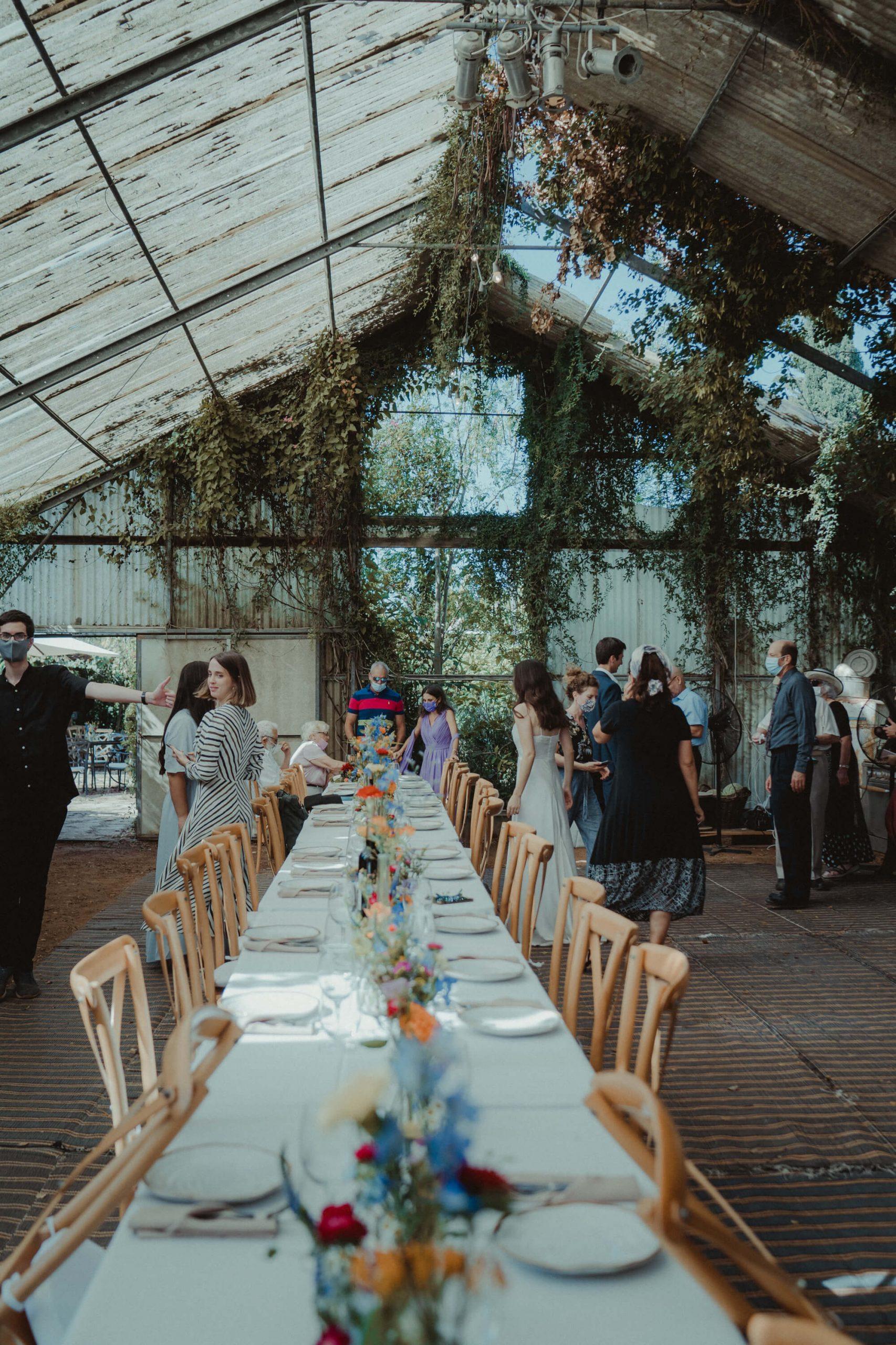 חתונה בחממה: 30 אורחים, פרחים צבעוניים, יין איכותי וקסם