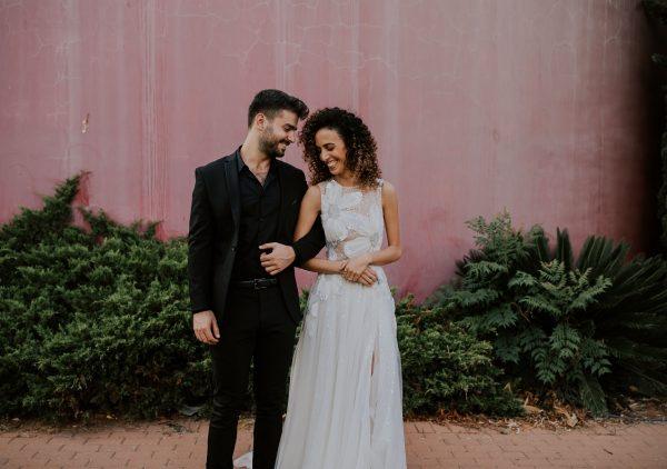 עיצוב בוהו ואמנות על הקירות: חתונה קטנה בגלריה ביתית