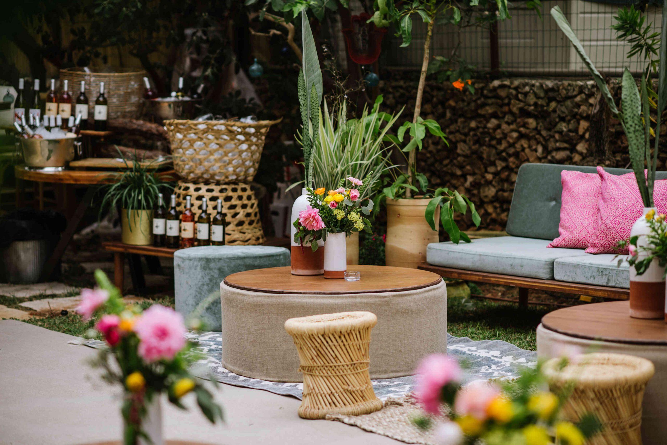 קטנה ואביבית: חתונת חצר מלאת צבע
