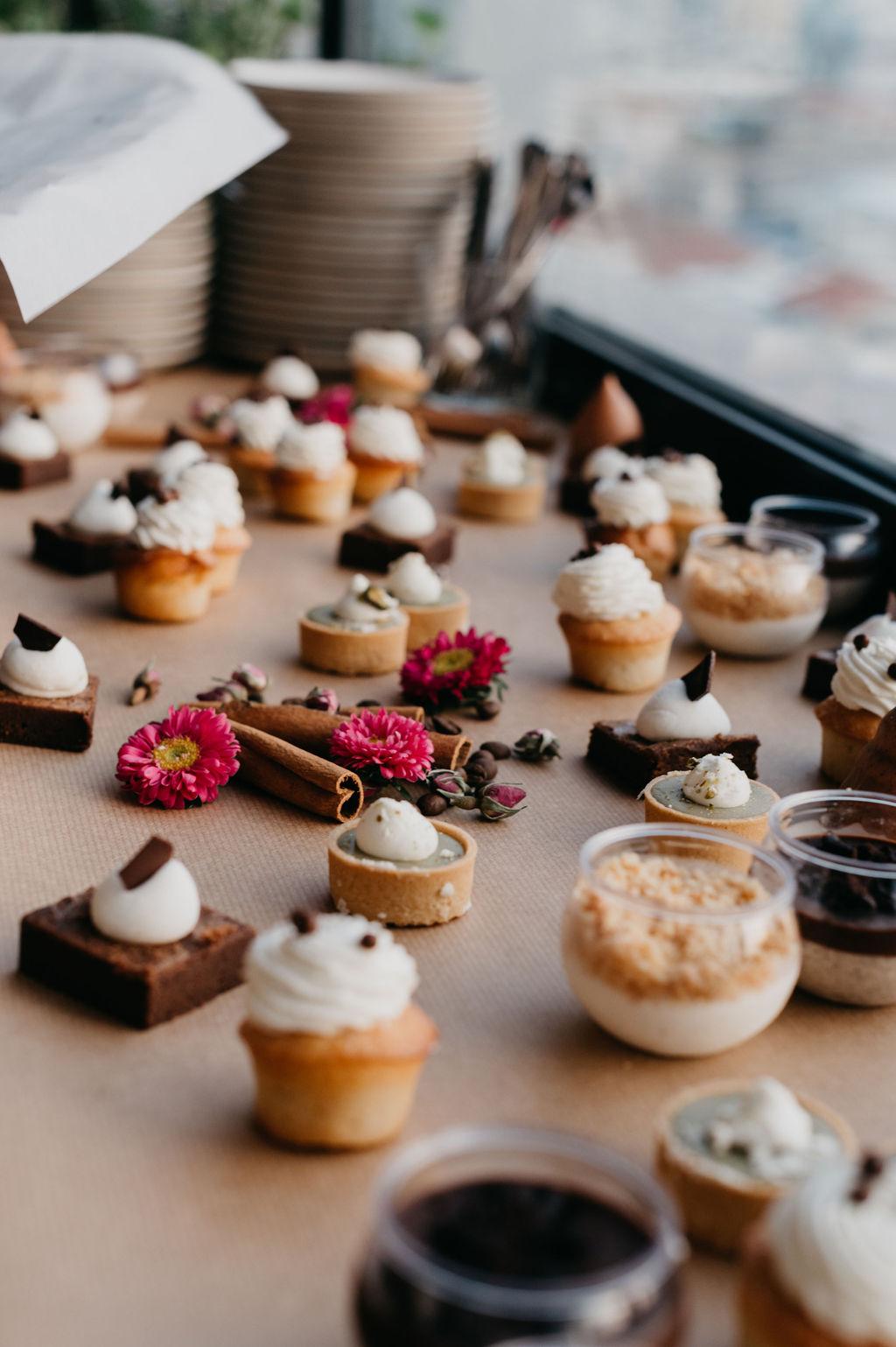 עם נוף לתל אביב: חתונה קטנה על גג אורבני