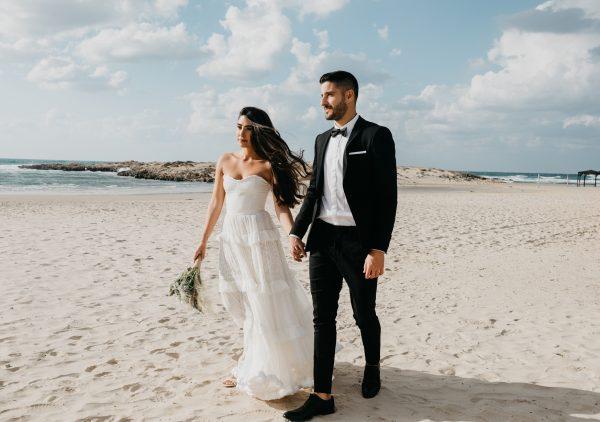 על החוף בשקיעה: חתונה אינטימית בעיצוב בוהו