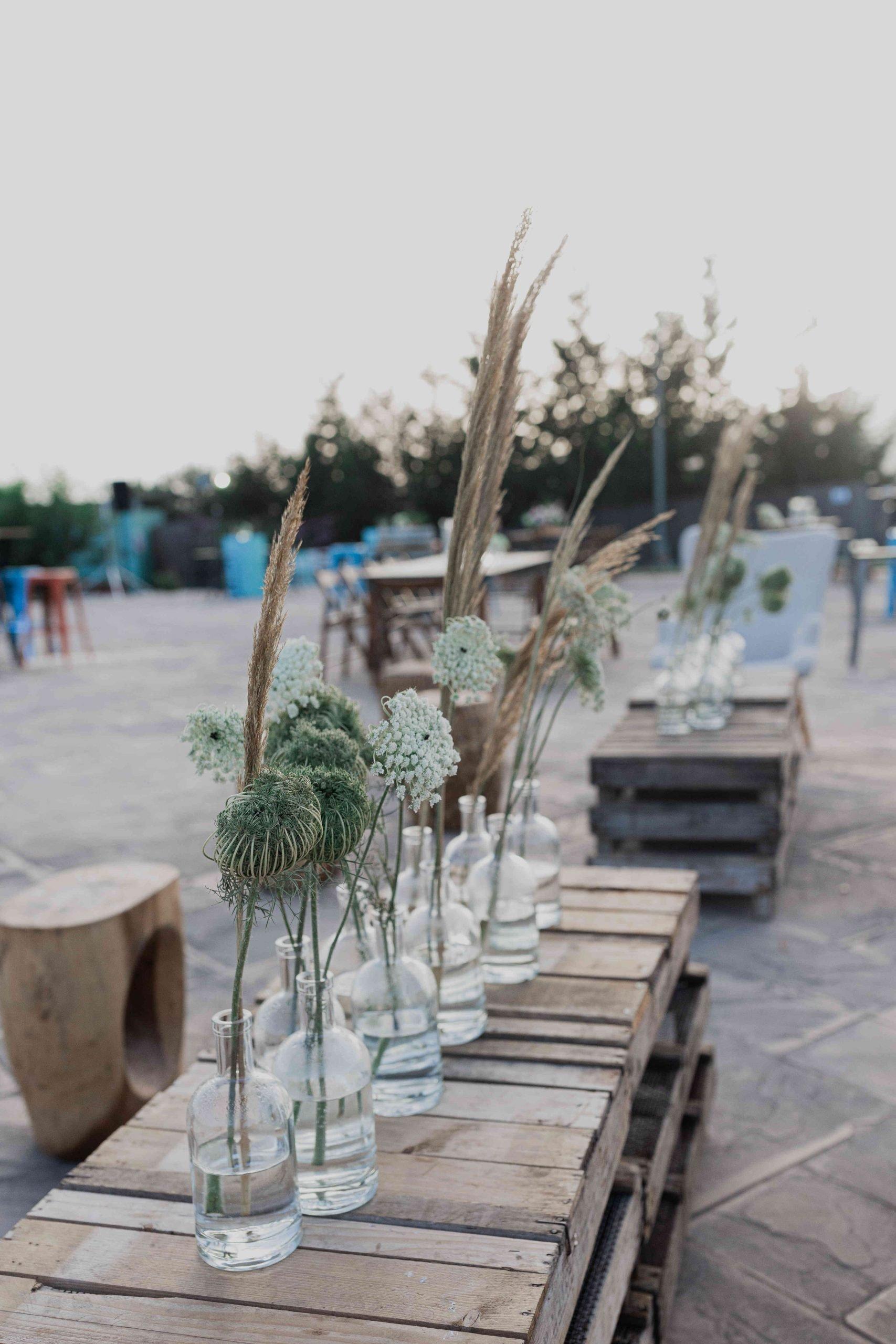 חביות יין בתור שולחנות: חתונה במושב בסגנון כפרי